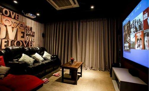 私人影院以可躺式沙发,床,投影幕布,功放音响系统及多种主题设计风格